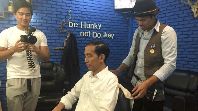Begini Cara Presiden Jokowi Potong Rambut