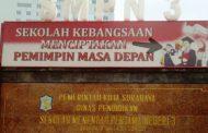 SMPN 3 Surabaya, Hormat Menggunakan Tangan Kiri