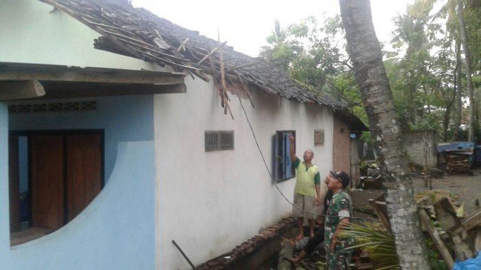 Angin Kencang Hantam Desa Petok Kediri, 1 Unit Rumah Rusak