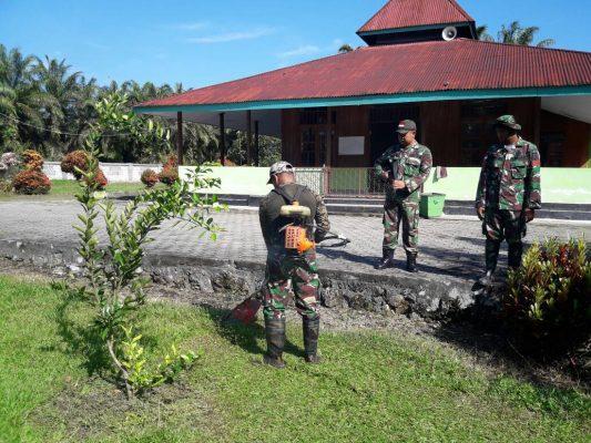TNI dan Warga Perbatasan Bersihkan Tempat Ibadah