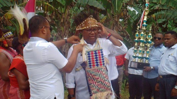 Bupati Sorsel Serahkan Piala Lomba Kampung Se-Provinsi Papua Barat