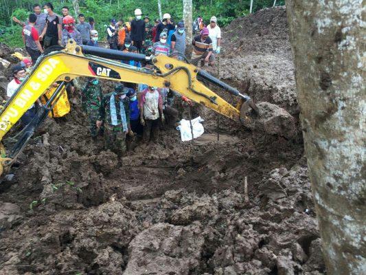 Yonif Raider 515 Kostrad Bantu Evakuasi Korban Tanah Longsor di Jember