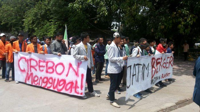 "BEM SI Jatim ""Ngluruk"" Demo 3 Tahun Jokowi-JK"