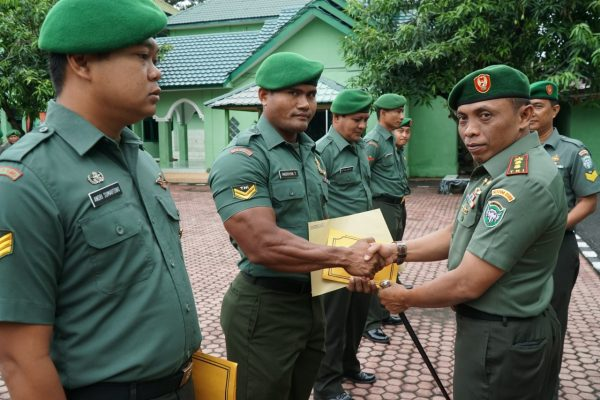 Dandim Aceh Utara Beri Penghargaan Kepada 5 Prajurit Berprestasi