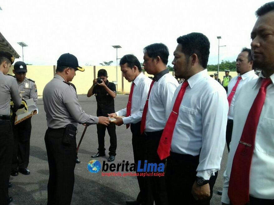 Kapolres Sumenep Berikan Reward Bagi 10 Anggota Berprestasi