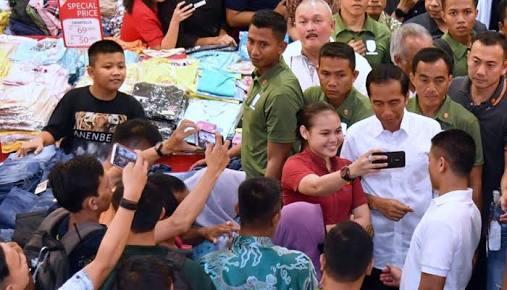 Tak Mau Dihadiahi, Jokowi Lebih Pilih Beli Peci Sendiri