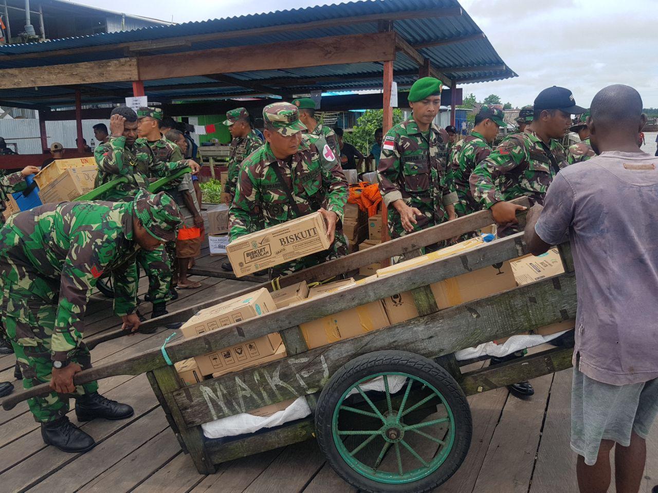 Berita Foto : Dansatgaskes TNI Pimpin Pendistribusian Logistik Warga Asmat
