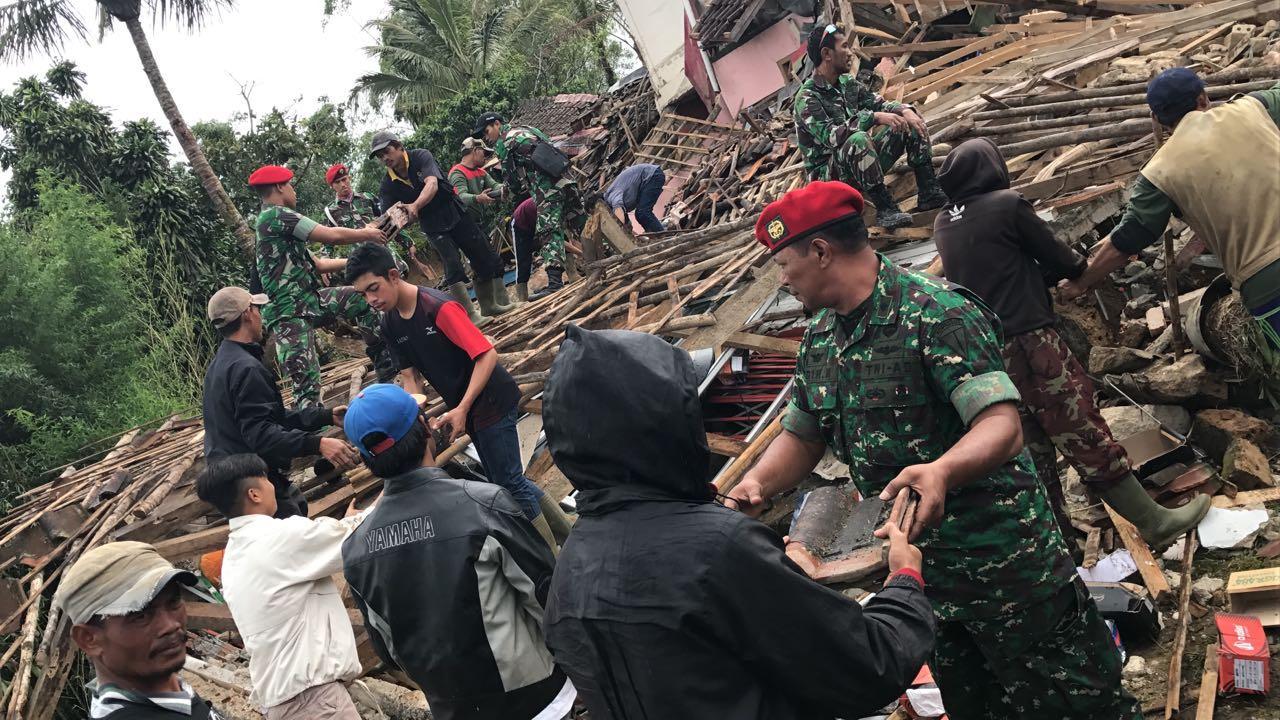 Prajurit Kopassus Bantu Warga Korban Gempa Bumi
