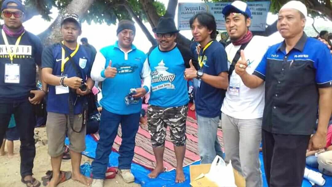 Komunitas WMR Bersih Bersih Pantai Balekambang dan Bhakti Sosial