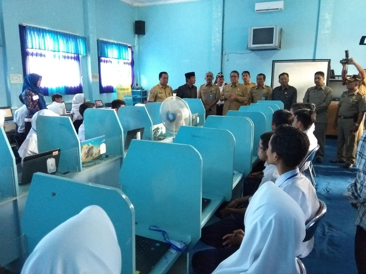Pj Bupati Bangkalan Pantau Pelaksanaan UNBK Tingkat SMP