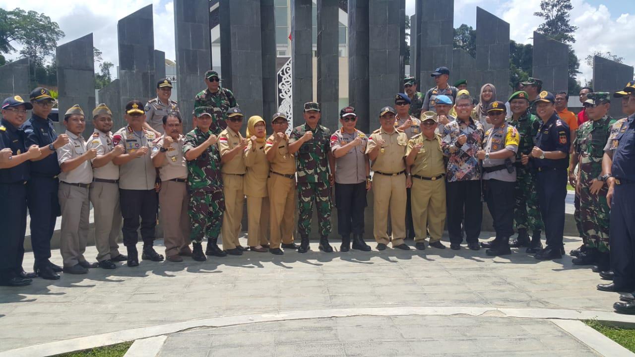 Berita Foto : Panglima TNI Tinjau Perbatasan Darat Indonesia – Malaysia di Entikong