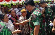 Berita Foto : Panglima TNI Silahturahmi Dengan Masyarakat Perbatasan di Entikong