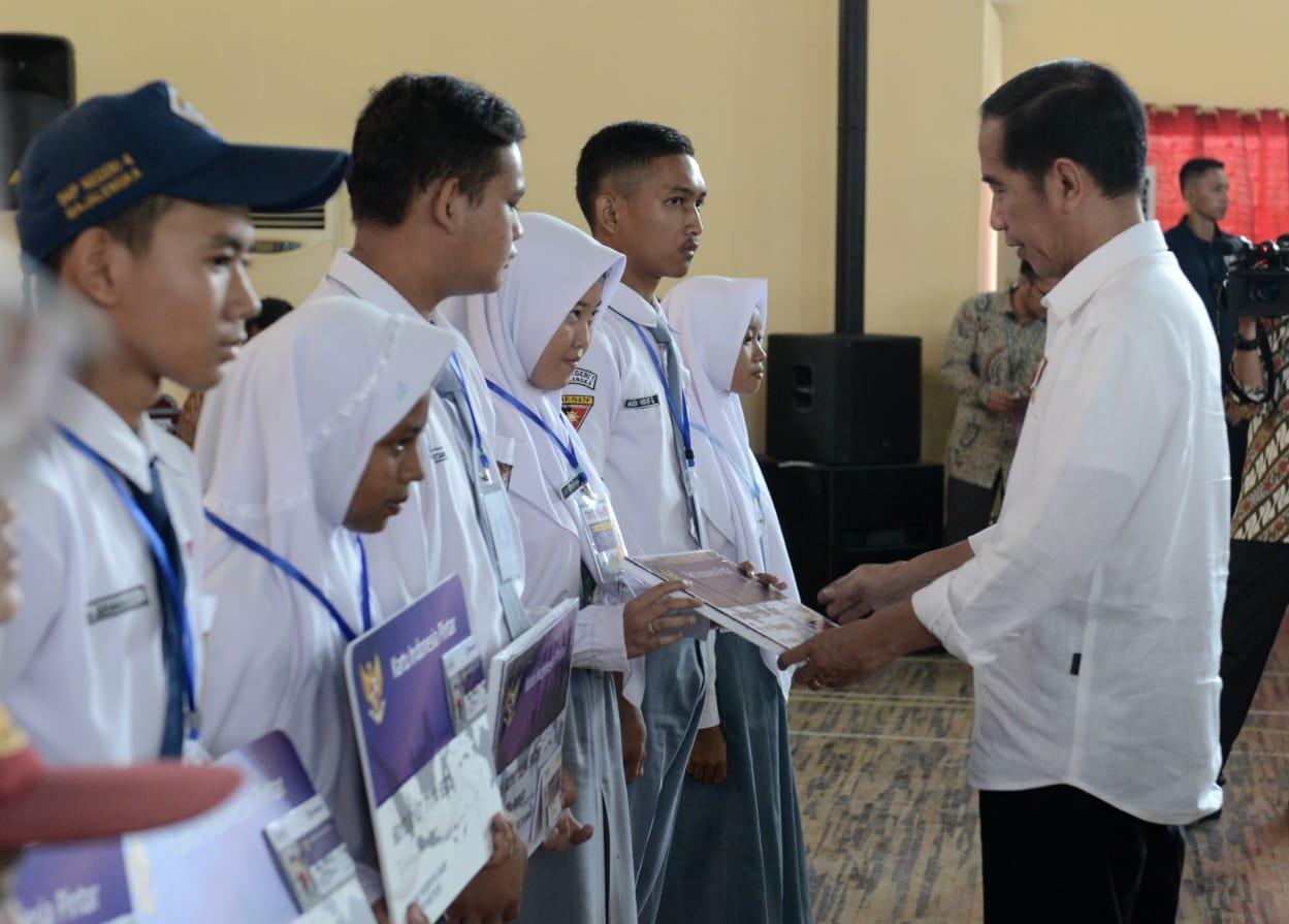 Presiden Bagikan 1.012 Kartu Indonesia Pintar di Majalengka