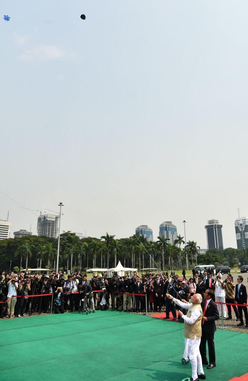 Presiden Jokowi dan PM Modi Bermain Layangan di Monas