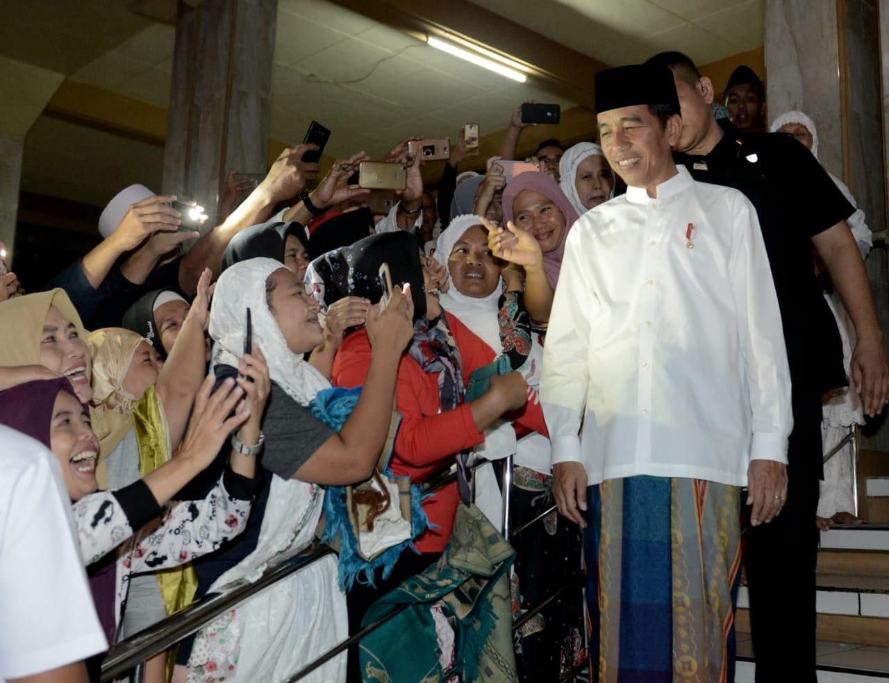 Presiden Salat Tarawih Bersama Masyarakat Kuningan