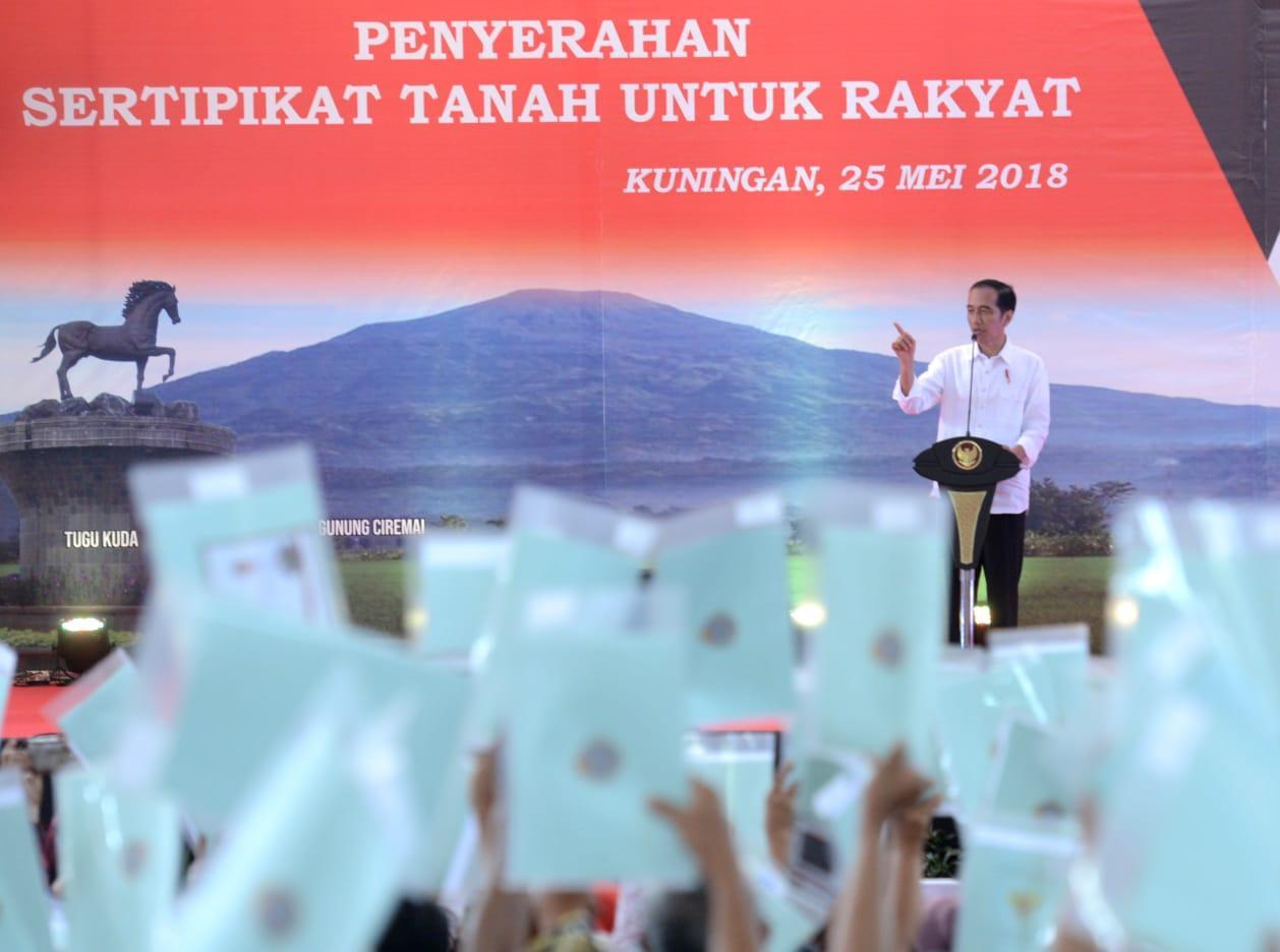 Presiden Serahkan 7.000 Sertifikat Hak Atas Tanah untuk Rakyat di Kuningan