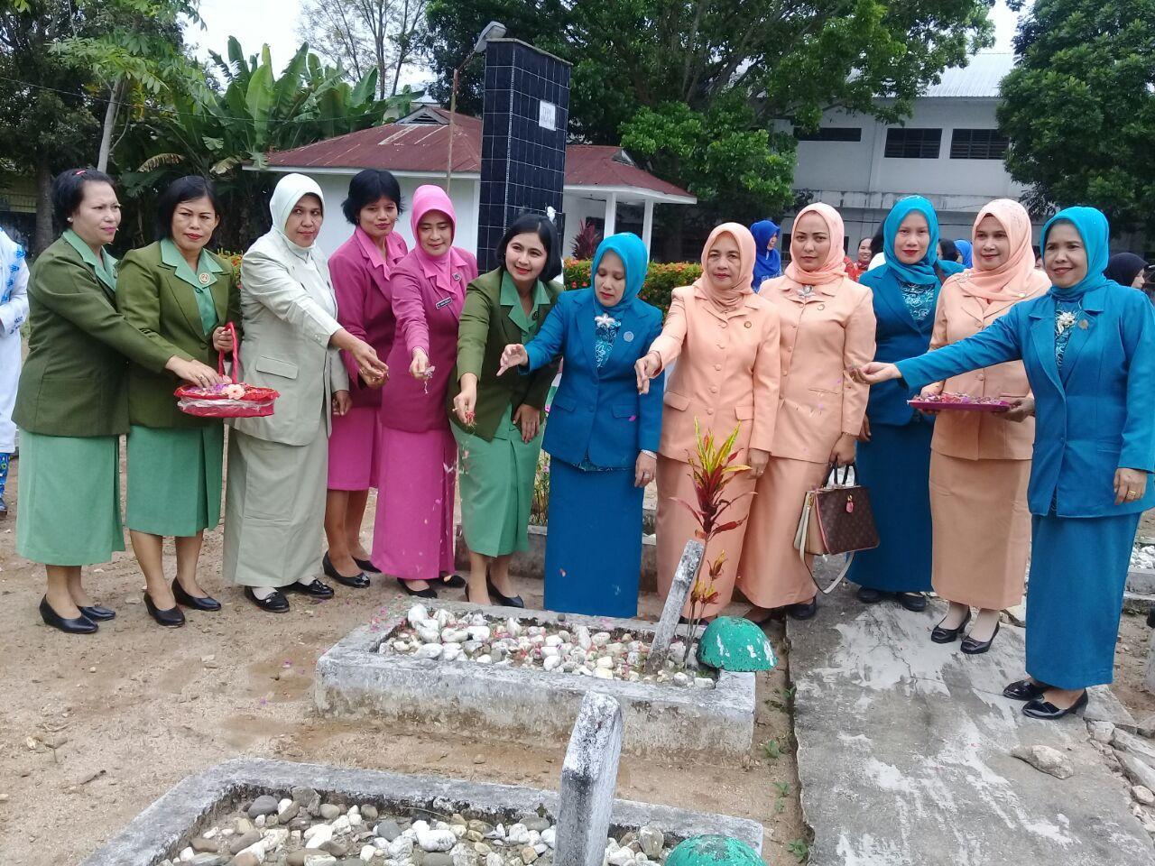 Peringati Hari Kartini, Organisasi Wanita Labuhanbatu Ziarah ke Makam Pahlawan
