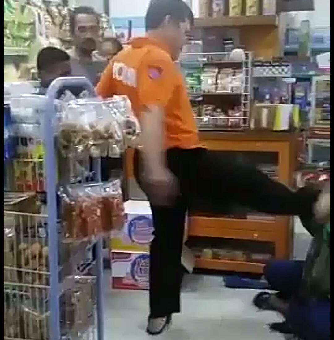Video Viral Seorang Ibu Mencuri di Mini Market Dihajar Polisi