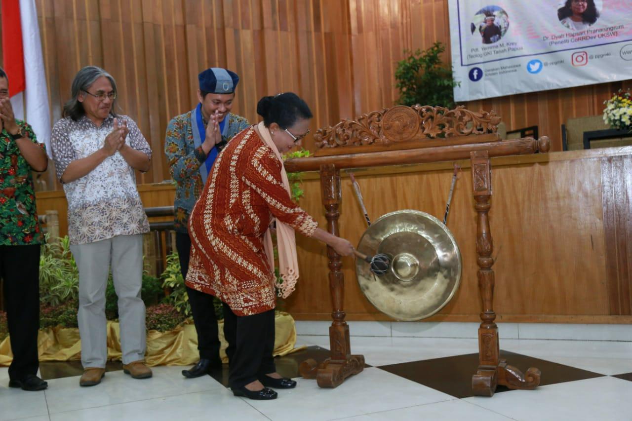 Menteri Yohana Ajak Kaum Akademisi Selamatkan Keluarga Rentan