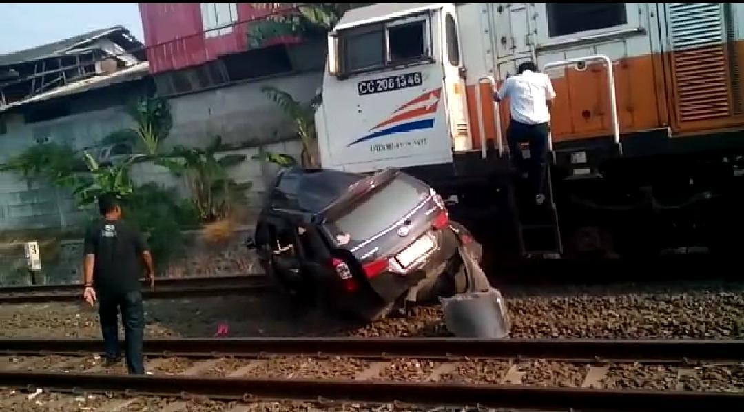 Mobil Avanza Tertabrak KA Bangun Karta Satu Korban Tewas Seketika