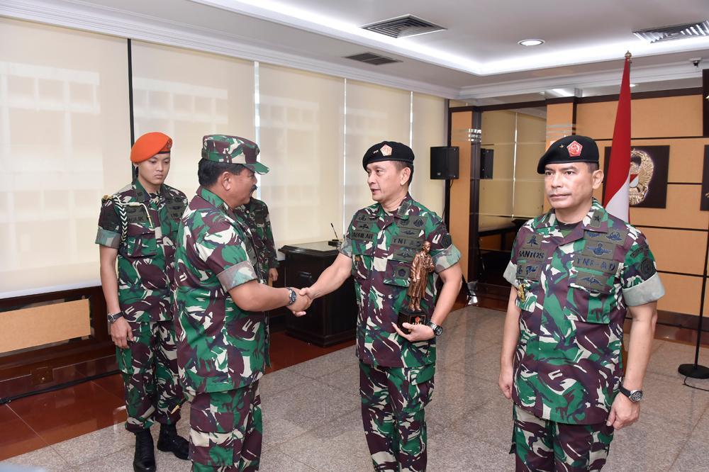 Berita Foto : Panglima TNI Pimpin Acara Sertijab Kapuspen TNI
