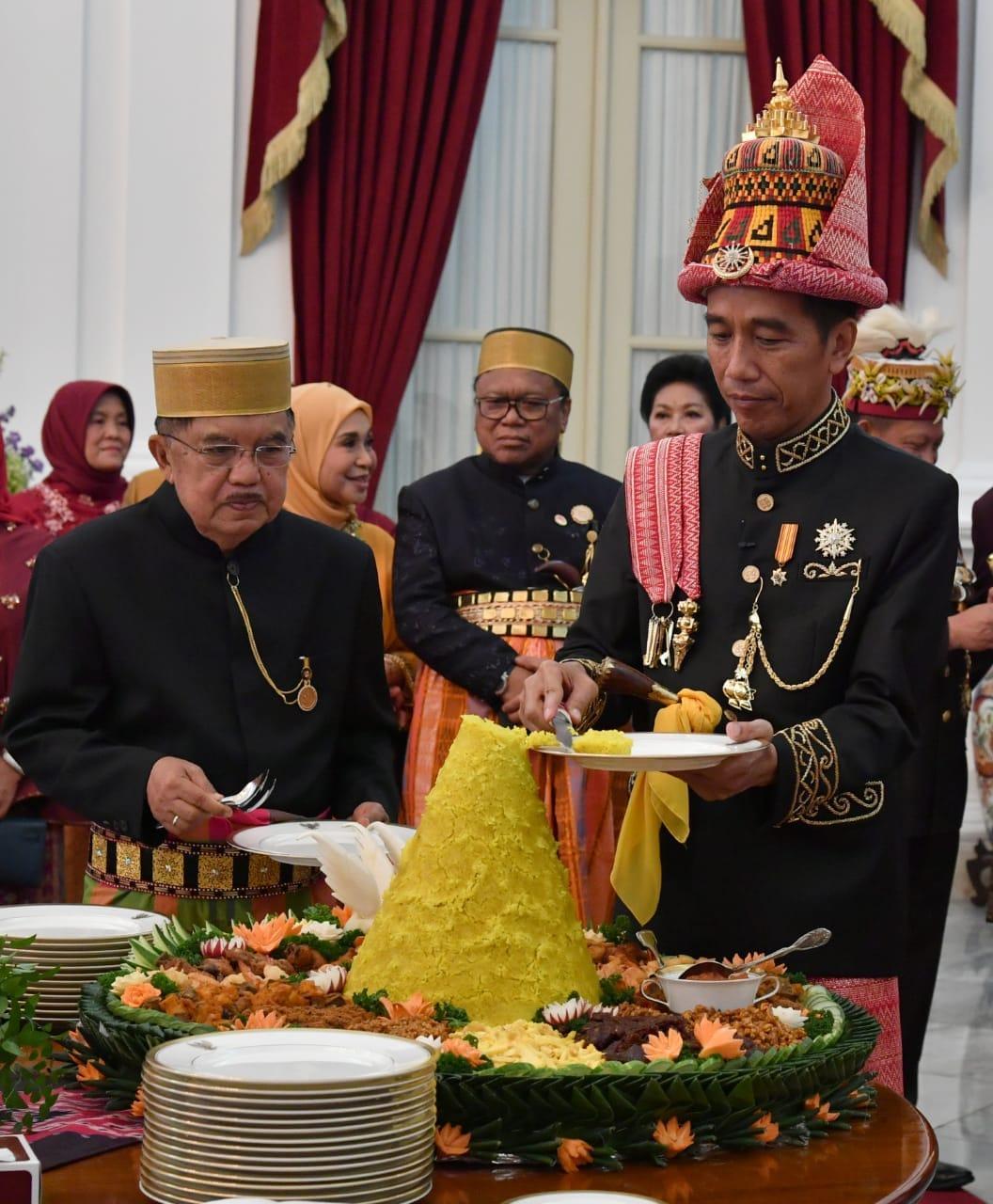 Syukuran HUT ke-73 RI, Presiden Jokowi Potong Tumpeng Bersama Presiden dan Wapres Terdahulu*
