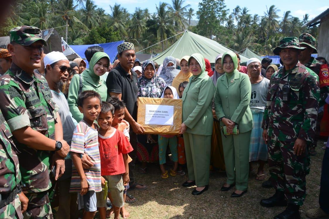 """Berita Foto : Dharma Pertiwi Daerah """"J"""" Kodam IX/Udayana Bantu Korban Gempa Lombok"""