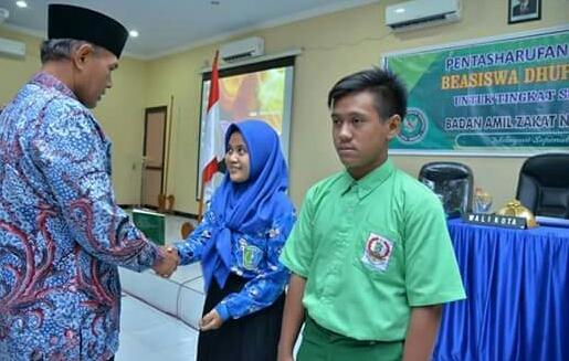 Walikota Madiun SerahkanBantuan Beasiswa Darl Baznas