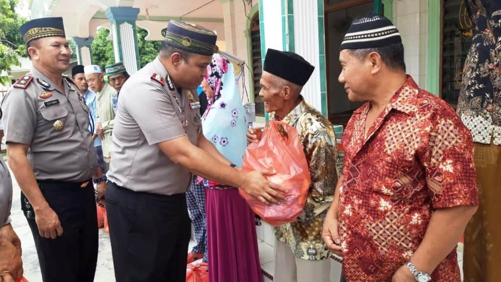 Polres Sergai Gelar Jum'at Barokah dan Santuni Dhu'afa di Kecamatn Teluk Mengkudu