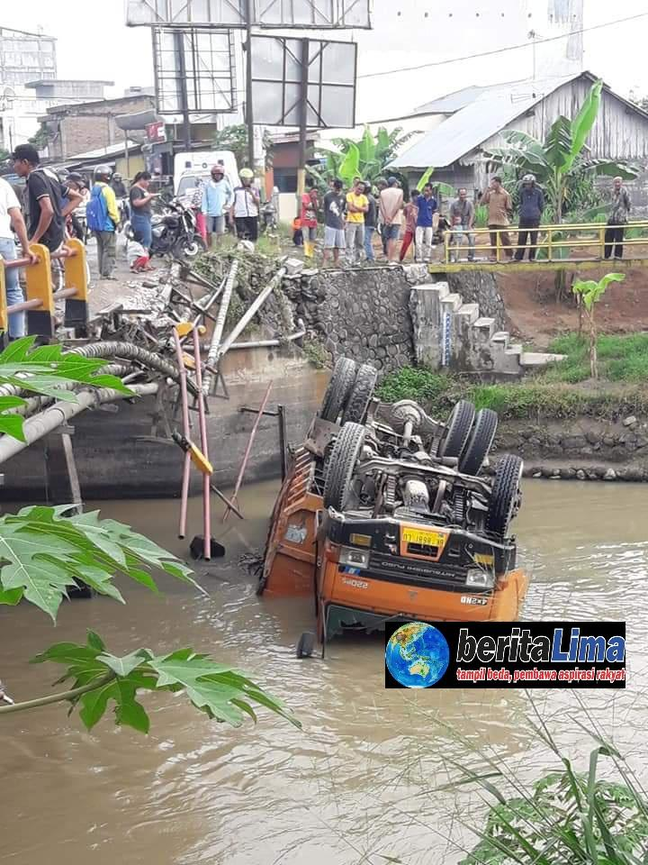 Diduga Supir Ngantuk, Dump Truk Terjun ke Sungai
