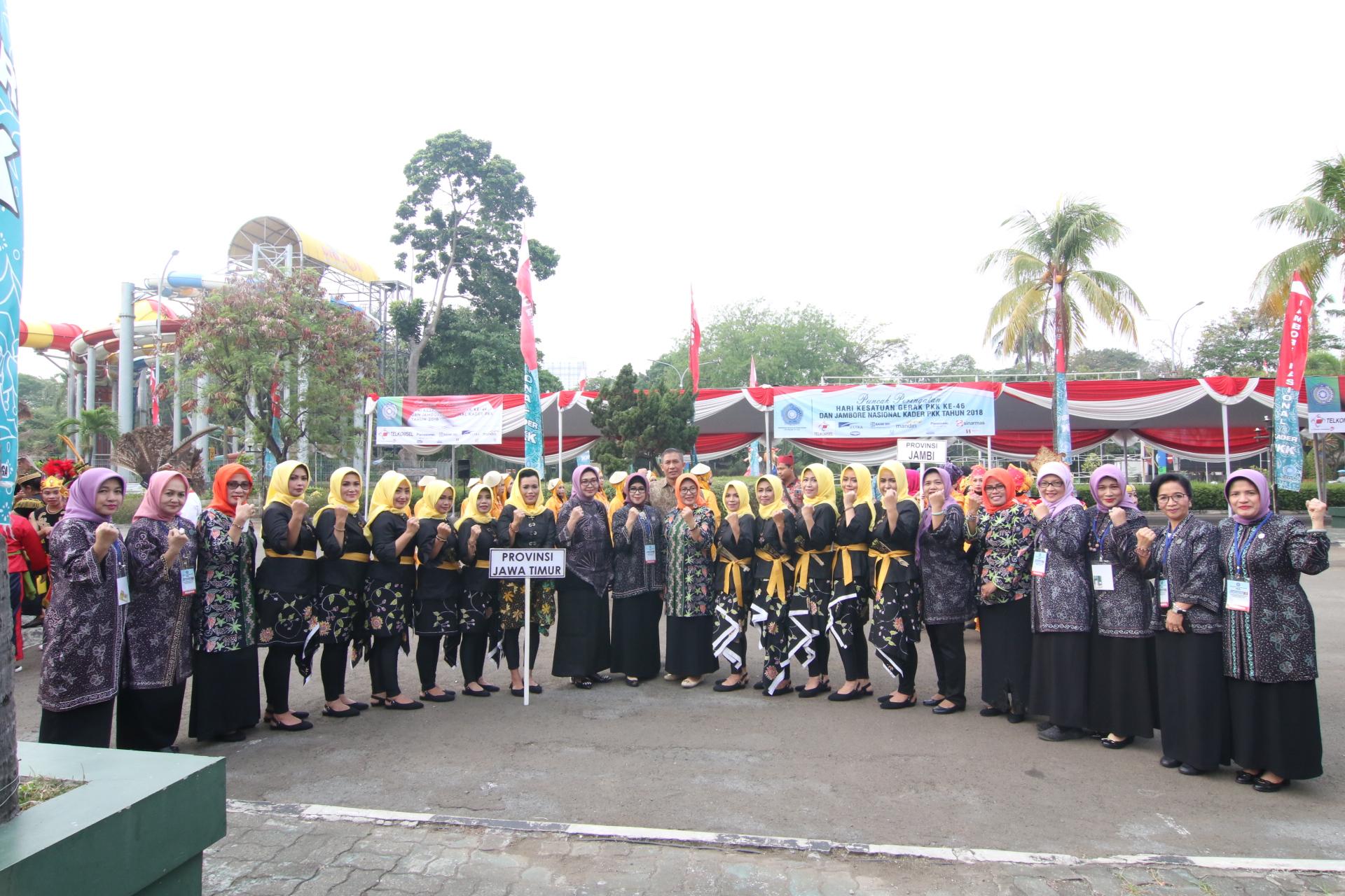 Bude Karwo Beri Dukungan Kader PKK Jatim dalam Parade Nusantara di Jakarta