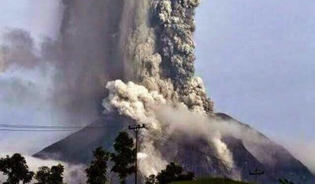 Gunung Soputan Mengeluarkan Lava Pijar