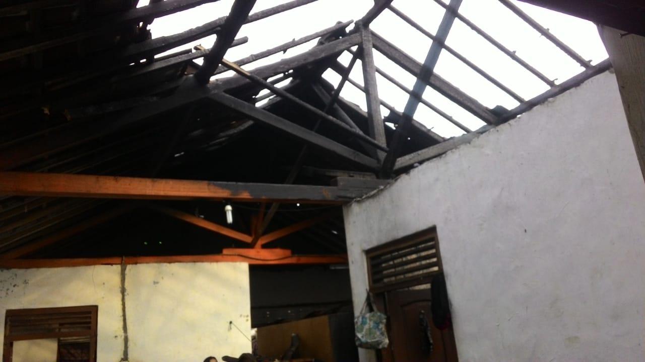 Rumah Dilalap Api Saat Pemiliknya Merantau
