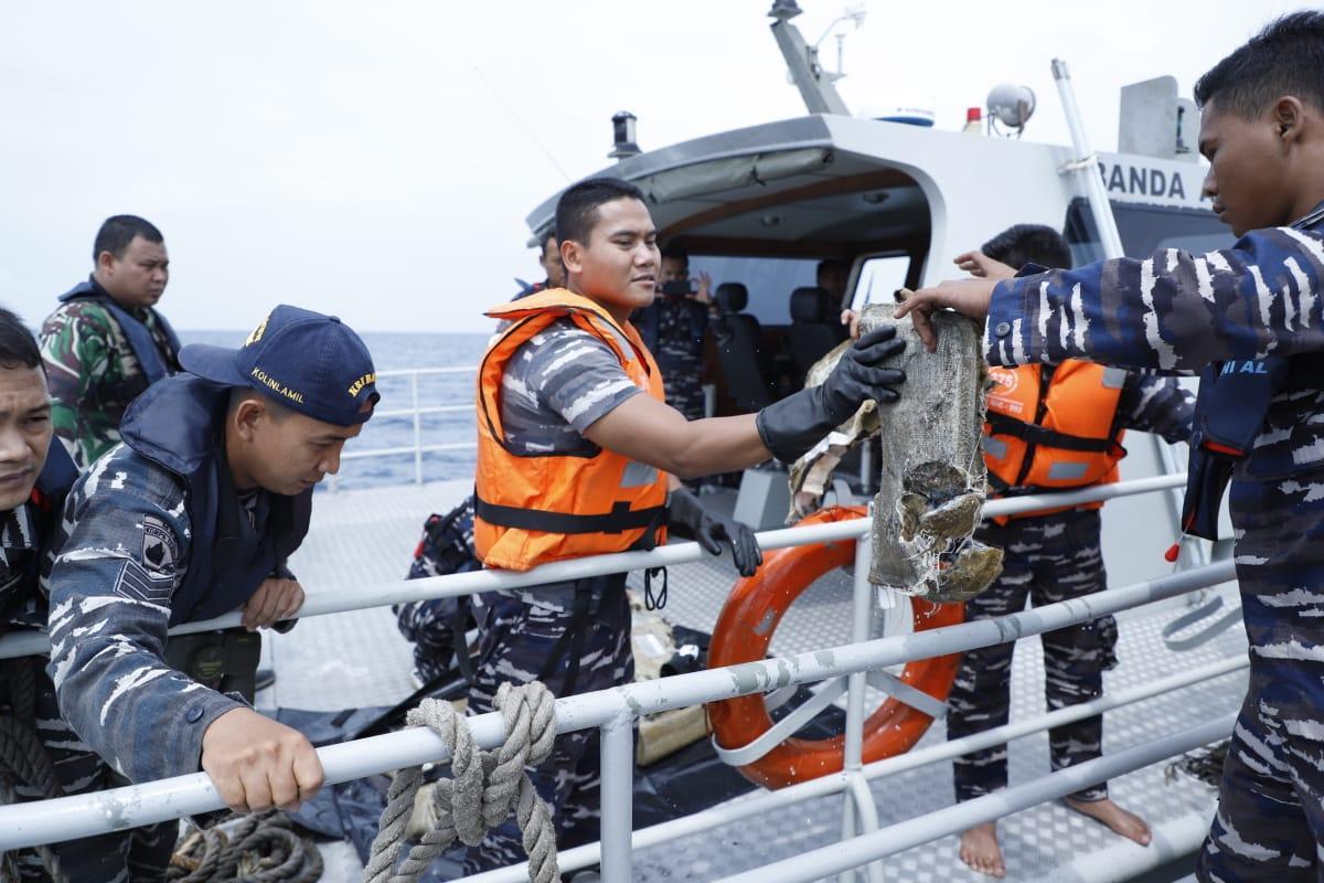 Prajurit TNI Temukan Serpihan Barang dari Pesawat Lion Air JT-610