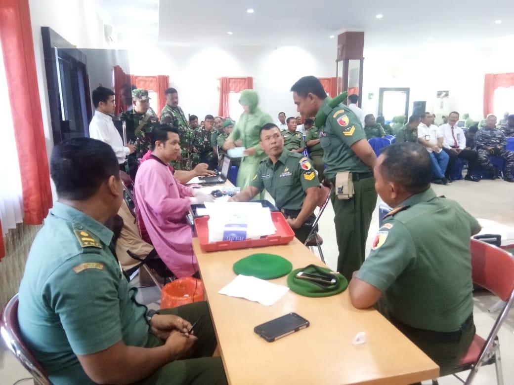 Personil Kodim 0825 Banyuwangi, Donor Darah Dalam Peringati HUT Beberapa Markas TNI di Jawa Timur