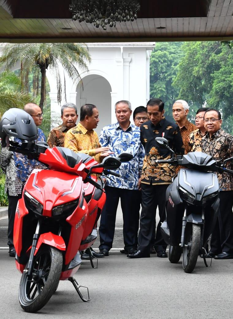 Jajal Motor Listrik Gesits di Istana, Presiden Jokowi: Kalau Sudah Produksi Saya Pembeli Pertama
