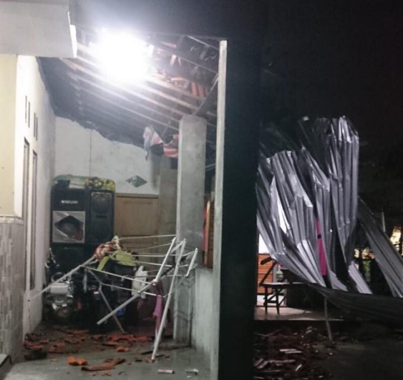 Hujan Disertai Angin Puting Beliung, Puluhan Rumah Rusak