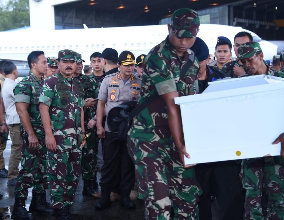 Berita Foto :  Panglima TNI Hadiri Pemberangkatan Jenazah Korban Penembakan KKB ke Kampung Halamannya