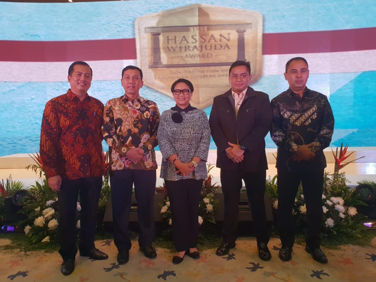 "Polda NTB Menerima Penghargaan ""Hasan Wirayuda Award Perlindungan TKI 2018"""