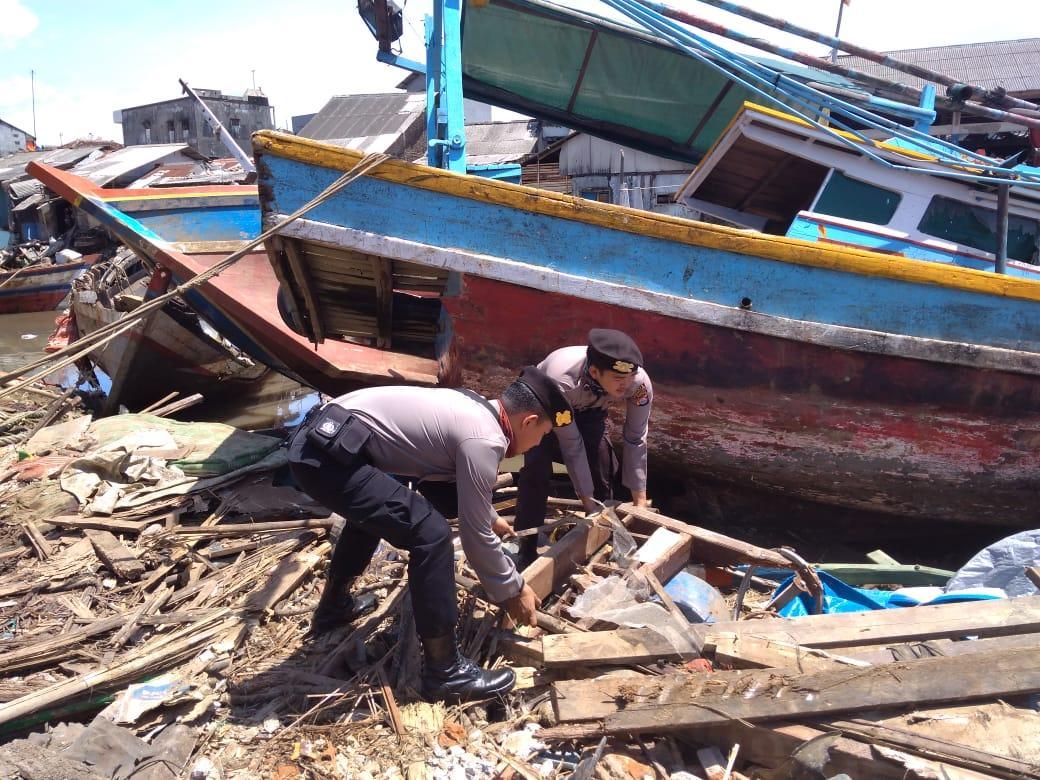 Polisi Bersama Warga Bersihkan 470 Puing Puing Kapal Nelayan Pasca Tsunami