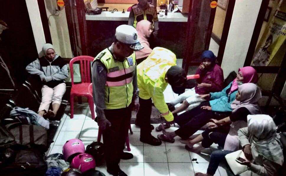 6 Mahasiswi Jatuh Akibat Solar Tercecer di Jalan