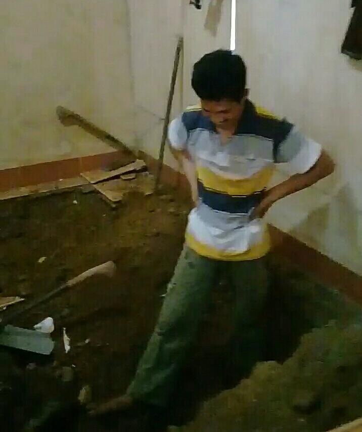 Ruang Tamu Amblas 1,5 Meter Akibat Tanah Bergerak di Desa Kalibening