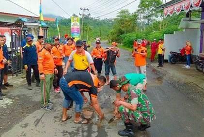 Jalan Raya Berlubang, Masyarakat Watumalang Swadaya Menutupnya dengan Semen