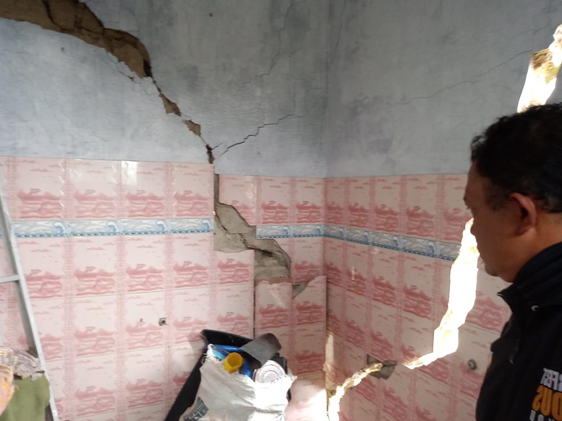 Rumah Retak Akibat Adanya Pergerakan Tanah di Desa Watumalang