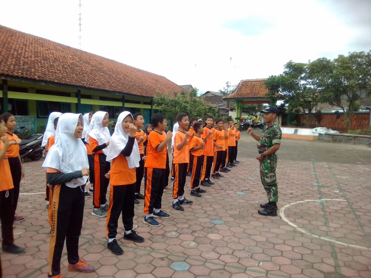Babinsa Koramil 23/Magelang Utara Latih Baris-Berbaris Di SD Kedungsari 4