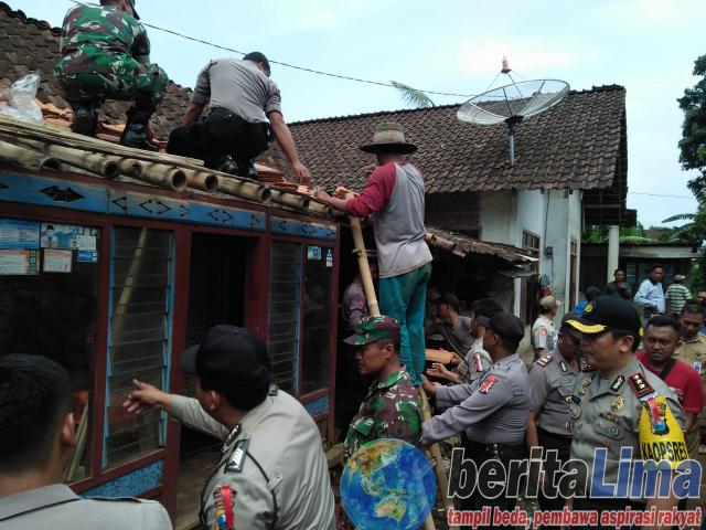 Peduli Korban Puting Beliung, Polres Bondowoso Berikan Bantuan