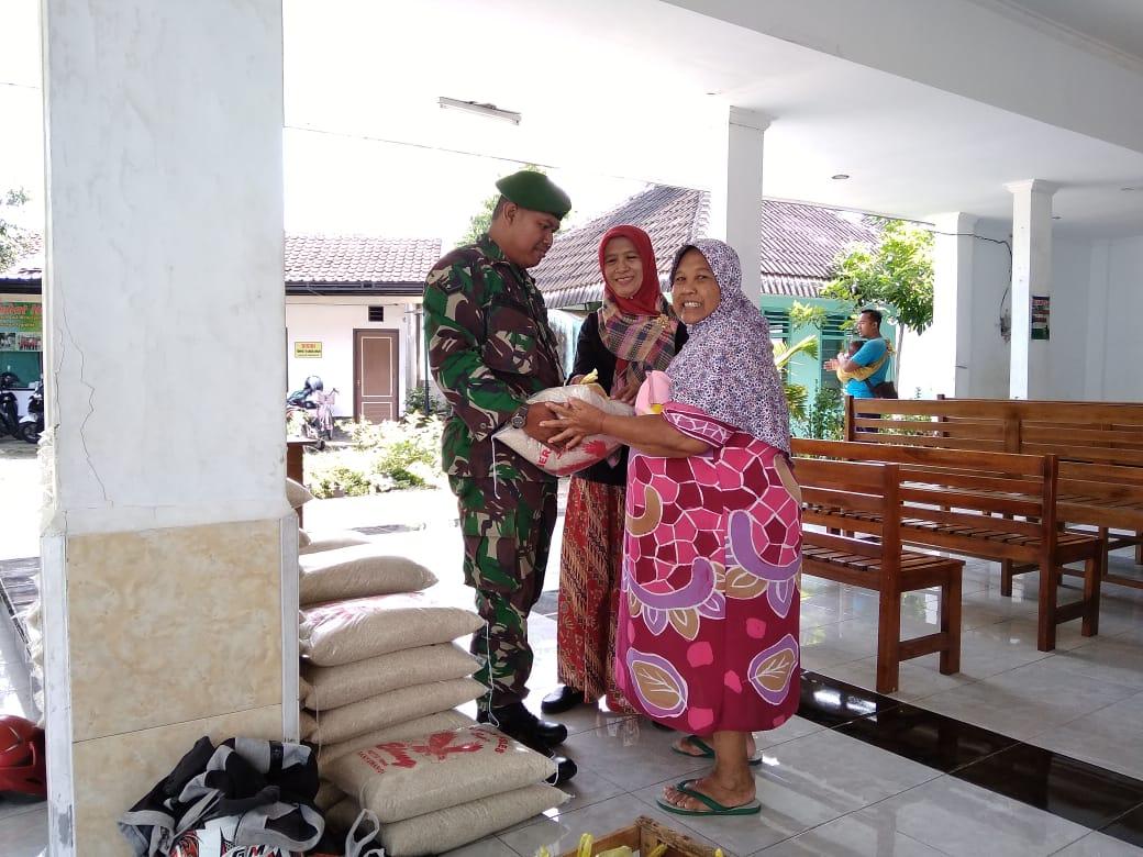 Babinsa Kelurahan Singotrunan Dampingi Pembagian Bantuan Pangan Non Tunai
