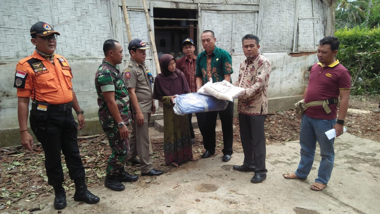 Warga Desa Sukorejo Korban Bencana Dapat Bantuan Sembako