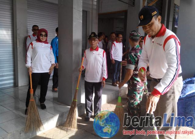 Jumat Bersih, Bupati Salwa Bersihkan Pasar Induk Bondowoso