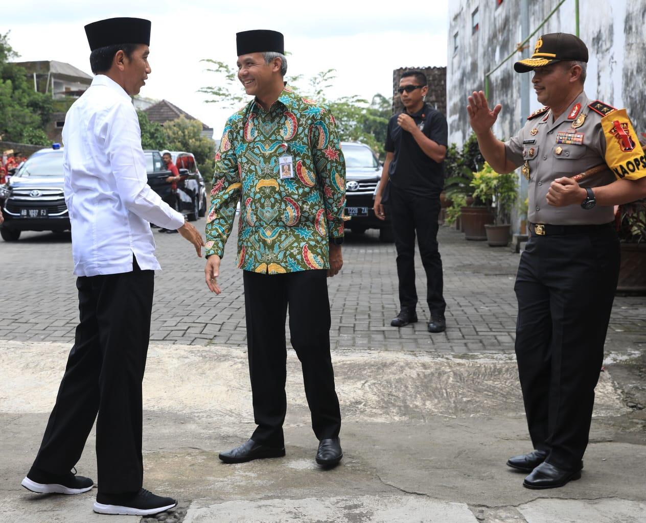 Dipanggil Kyai Oleh Warga Magelang, Jokowi Tersenyum